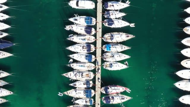 vídeos de stock, filmes e b-roll de marina na cidade de vodice, mar adriático na croácia - marina