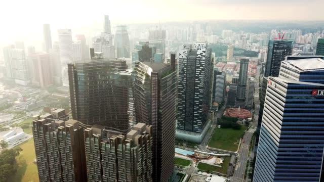 eine marina, ein preisgekröntes integrierte entwicklung soll ein neues konzept von wohnen, arbeiten und unterhaltsame im herzen von singapurs dynamische neue cbd einläuten - dachgarten videos stock-videos und b-roll-filmmaterial