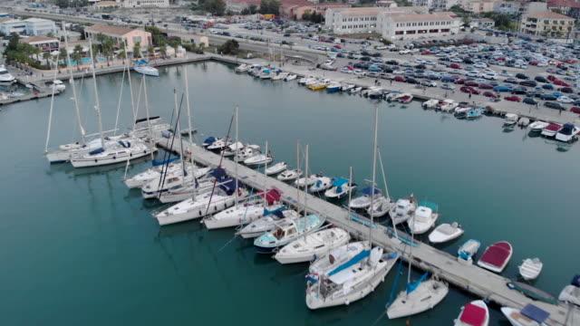 vídeos y material grabado en eventos de stock de marina con varios yates y barcos - amarrado
