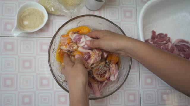 marinera fläskfilé med sås i en skål. thailändsk mat. - marinad bildbanksvideor och videomaterial från bakom kulisserna