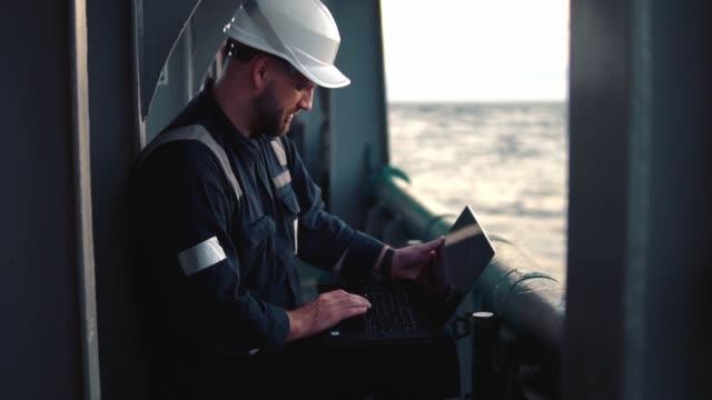 gemi veya gemi güvertesinde deniz baş subayı veya kaptan dizüstü bilgisayar izleme - kule stok videoları ve detay görüntü çekimi
