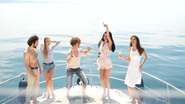 vídeos y material grabado en eventos de stock de travesía marina y vacaciones - jóvenes con copas de champagne en barco o yate - yacht
