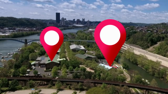 vidéos et rushes de gps marqueurs sur une vue aérienne sur la ville - épingle