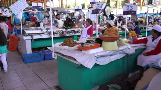 markt in arequipa, peru - peru stock-videos und b-roll-filmmaterial