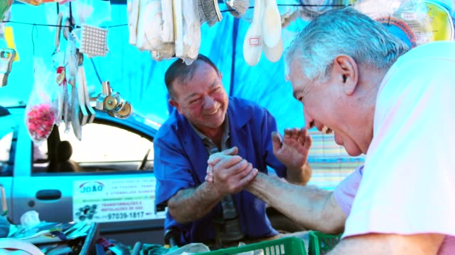 vidéos et rushes de marché du vendeur et le client handshake - relation client