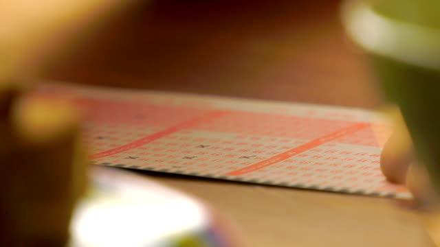 kennzeichnung der lottoscheine - lotto stock-videos und b-roll-filmmaterial