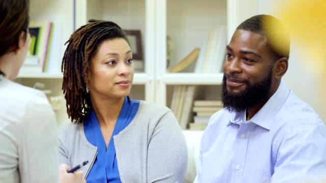 vídeos y material grabado en eventos de stock de pareja afroamericana discutir temas con consejero - casados