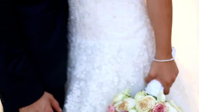sposi tenendo le mani - young couple wedding friends video stock e b–roll
