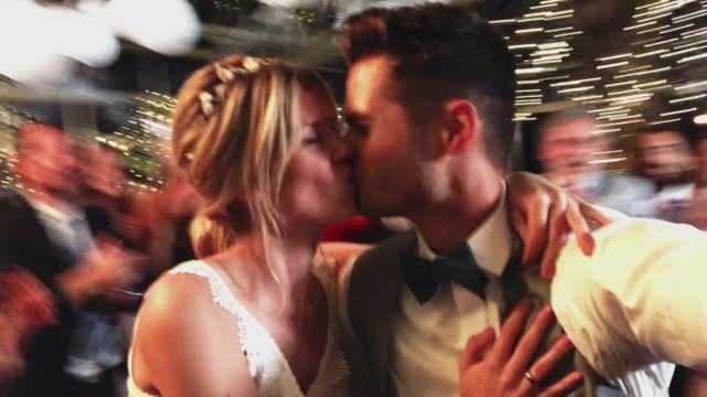 vídeos de stock, filmes e b-roll de pares casados que tomam o selfie com os convidados no casamento - casamento