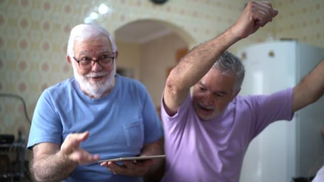 게이 커플 결혼 / 수석 친구 요리와 춤 - 노인 스톡 비디오 및 b-롤 화면