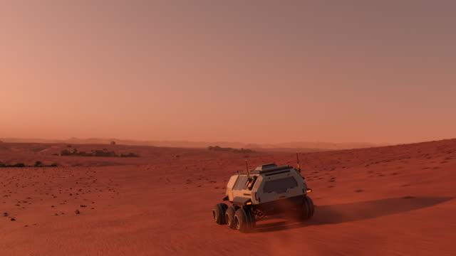 화성 의 표면을 가로 질러 여행 식민지와 화성 로버 - 무인항공기 스톡 비디오 및 b-롤 화면
