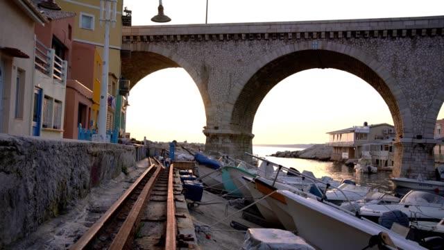 stockvideo's en b-roll-footage met marseille, zonsondergang op de beroemde kleine vissershaven van de vallon des auffes - marseille