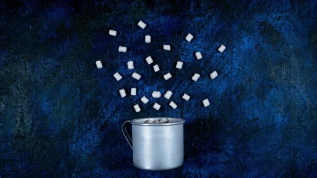 vídeos de stock, filmes e b-roll de marshmallows da animação caneca - chocolate quente