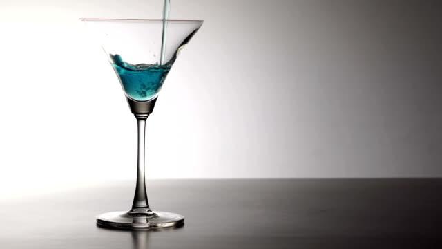 stockvideo's en b-roll-footage met martiniglas - martini