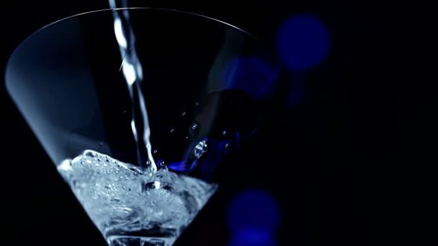 stockvideo's en b-roll-footage met martini - martiniglas