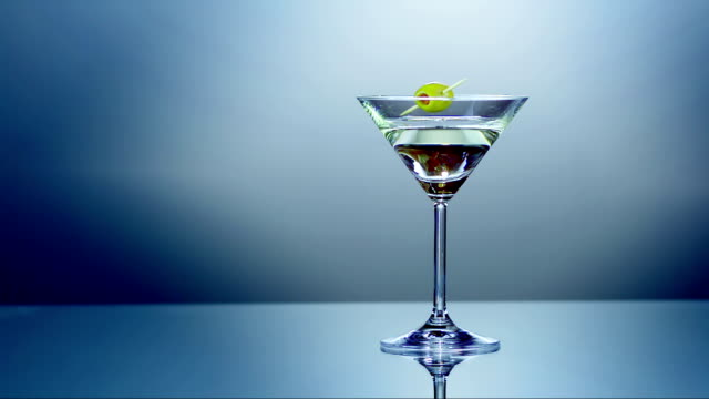 stockvideo's en b-roll-footage met martini with olive (super slow motion) - martini