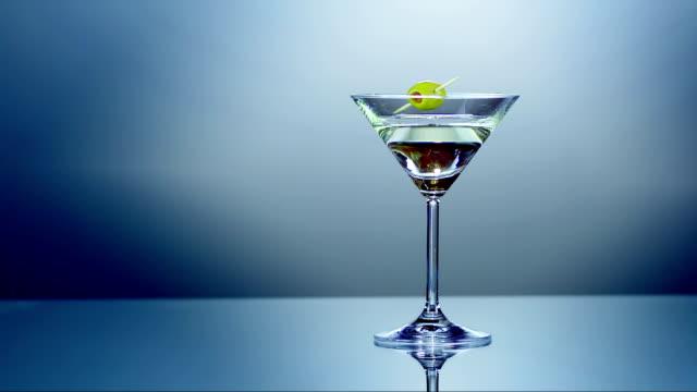 martini with olive (super slow motion) - martini bildbanksvideor och videomaterial från bakom kulisserna