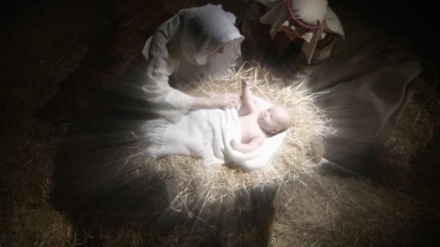 vídeos de stock e filmes b-roll de maria e josé com o bebê jesus - cristo redentor