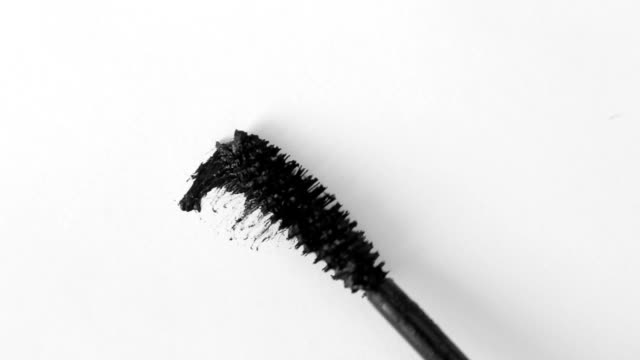 vídeos de stock e filmes b-roll de mascara brush on white. stroke of black mascara with applicator brush close-up, isolated on white backdrop - rímel