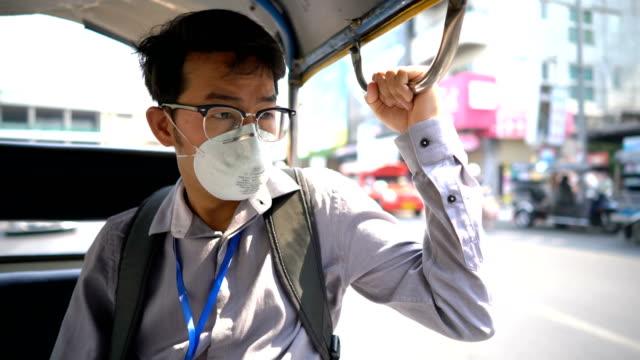 仮面アジア男は車を降りる - 乗客点の映像素材/bロール
