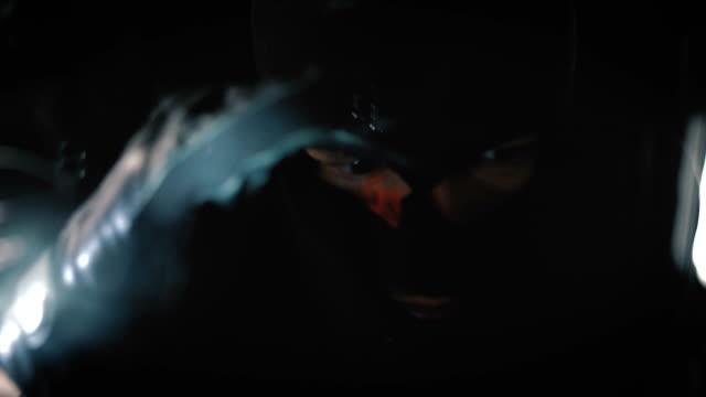 vídeos de stock e filmes b-roll de masked burglars breaking is a house - capuz