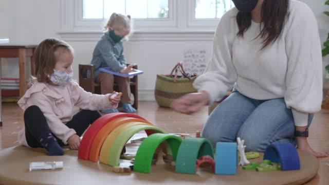 vídeos y material grabado en eventos de stock de guardería enmascarada - cuidado infantil