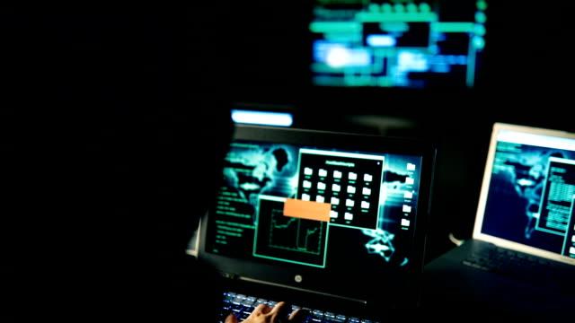 戴著面具的駭客人 - 威脅 個影片檔及 b 捲影像