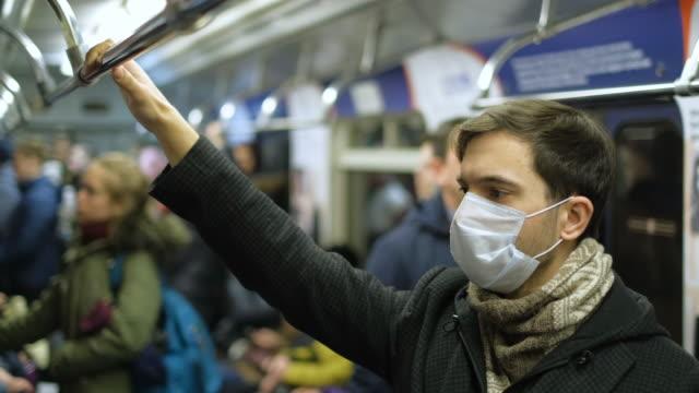 maskeli i̇nsanlar metrosu. coronavirüs. corona virüsü. covid-19. 2019-ncov. sars-cov-2. - maske stok videoları ve detay görüntü çekimi
