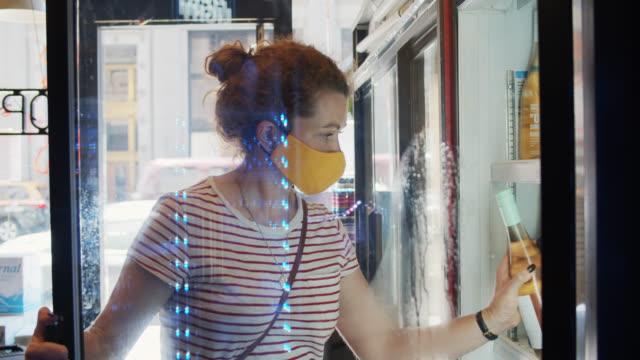 Femme masqué regardant le vin dans le petit dépanneur pendant la pandémie de Covid-19 - Vidéo