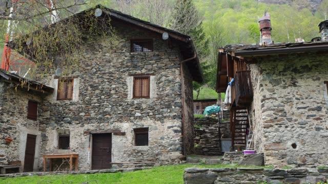 maslana är en gammal lantlig by nås endast till fots. valbondione, bergamo, orobie alperna, italien - stenhus bildbanksvideor och videomaterial från bakom kulisserna
