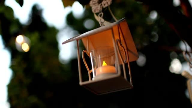 mason kavanoz mum düğün dekor için ağaç asılı - avize aydınlatma ürünleri stok videoları ve detay görüntü çekimi
