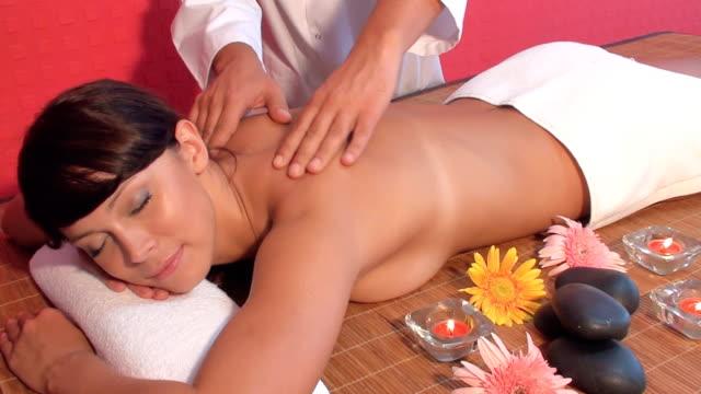 massage im spa-center - la stone therapie stock-videos und b-roll-filmmaterial