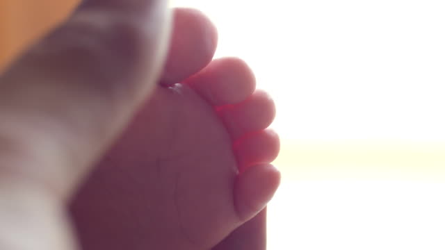vídeos de stock e filmes b-roll de massaging baby foot - feet hand