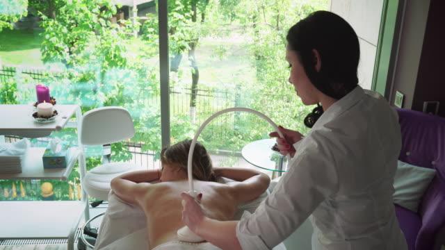vidéos et rushes de masseur fait massage fille dans un salon de beauté - soin spa