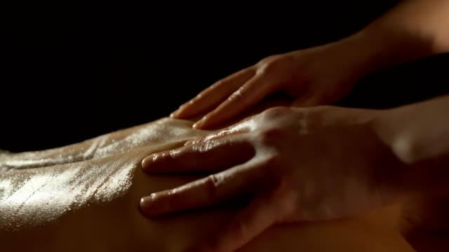 올리브유와 젊은 여 자가 다시 안마사 마사지 - massage 스톡 비디오 및 b-롤 화면