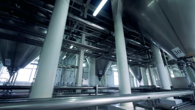 vídeos de stock e filmes b-roll de massive brewery facility with steel reservoirs and pipelines - cisterna água parada