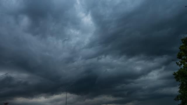 massive wolken während donner - gewitter stock-videos und b-roll-filmmaterial