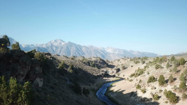 カリフォルニア州の隠された川の峡谷を超えて地平線上の大規模な山 - カリフォルニアシエラネバダ点の映像素材/bロール