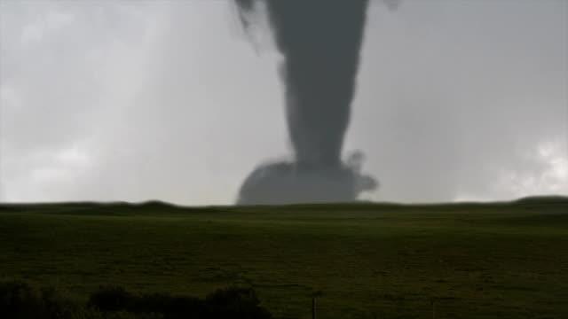 grande tornado e fulmini - tornado video stock e b–roll