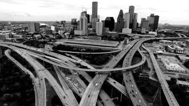 大規模な都市のスプロール化メトロポリス メガ都市ヒューストン テキサス州ポートの湾岸都市黒と白 - 都市 モノクロ点の映像素材/bロール
