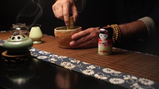 師傅小心攪拌茶葉混合物 - 亞洲中部 個影片檔及 b 捲影像