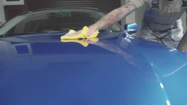 master finish polieren der tiefblaue sportwagen und die haube mit einem tuch abwischen - wachs epilation stock-videos und b-roll-filmmaterial