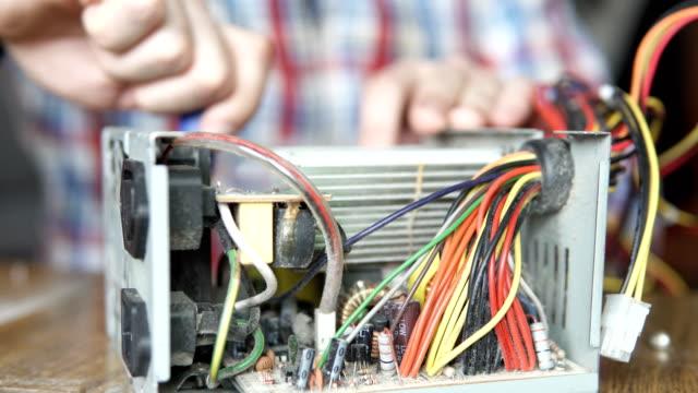 meister repariert computer-stromversorgung - pflicht stock-videos und b-roll-filmmaterial