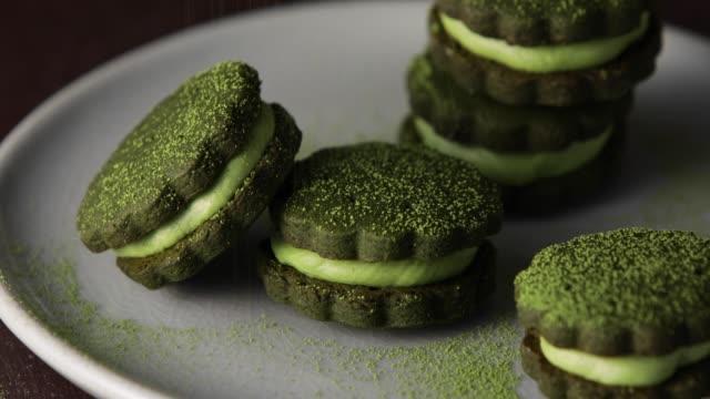 matcha green tea cream sandwich cookies served in a plate. - посыпать стоковые видео и кадры b-roll