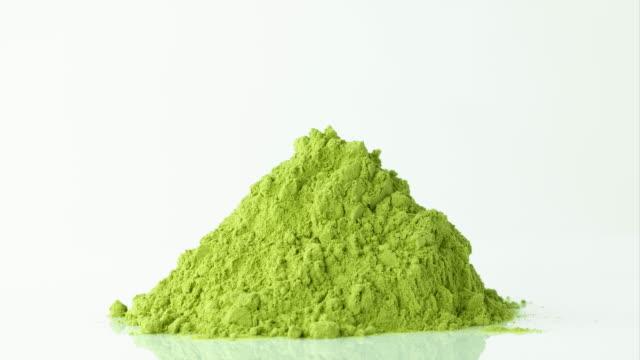 Terrain de thé vert Matcha sur fond blanc - Vidéo
