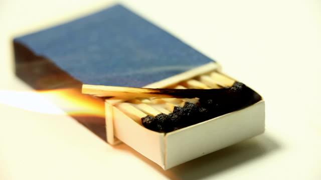 scatola di fiammiferi bruciare - incendio doloso video stock e b–roll