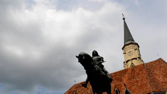 vídeos de stock e filmes b-roll de monumento matei corvin cluj-napoca - dia de reis