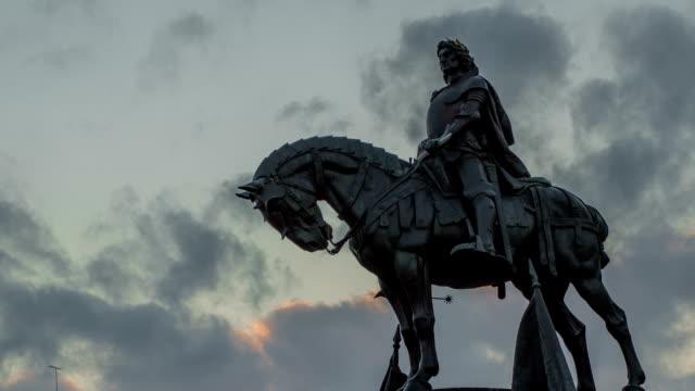 vídeos de stock e filmes b-roll de matei corvin estátua no centro de cluj-napoca - dia de reis