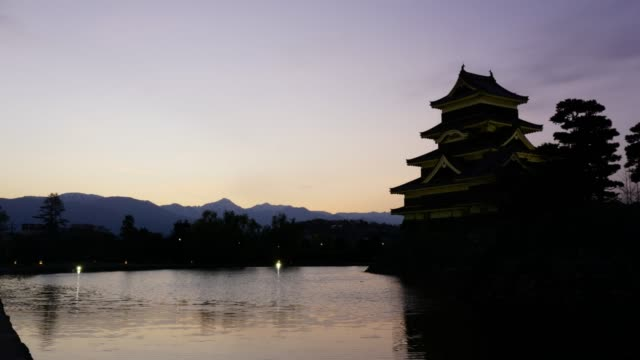 日の出、松本、長野県で湖に反射しながら松本城 - 城点の映像素材/bロール