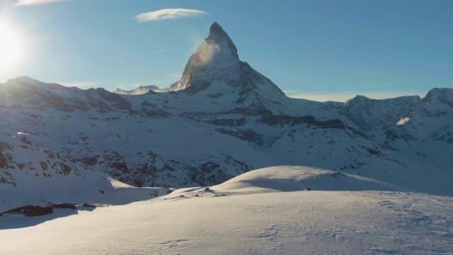 stockvideo's en b-roll-footage met matterhorn mountain bij zonsondergang in de winter. zwitserse alpen. zwitserland. luchtfoto - matterhorn